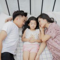 寝室で寝る家族
